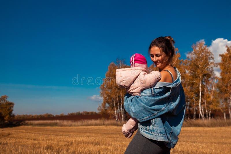 Μια νέα γυναίκα με το μωρό στοκ φωτογραφία με δικαίωμα ελεύθερης χρήσης