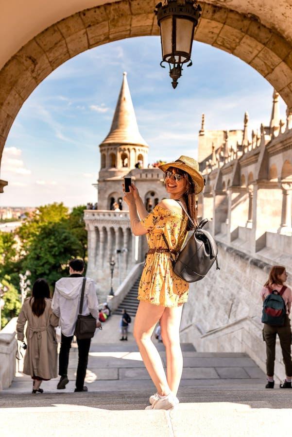 Μια νέα γυναίκα που απολαμβάνει το ταξίδι της στο Castle της Βουδαπέστης στοκ εικόνες με δικαίωμα ελεύθερης χρήσης