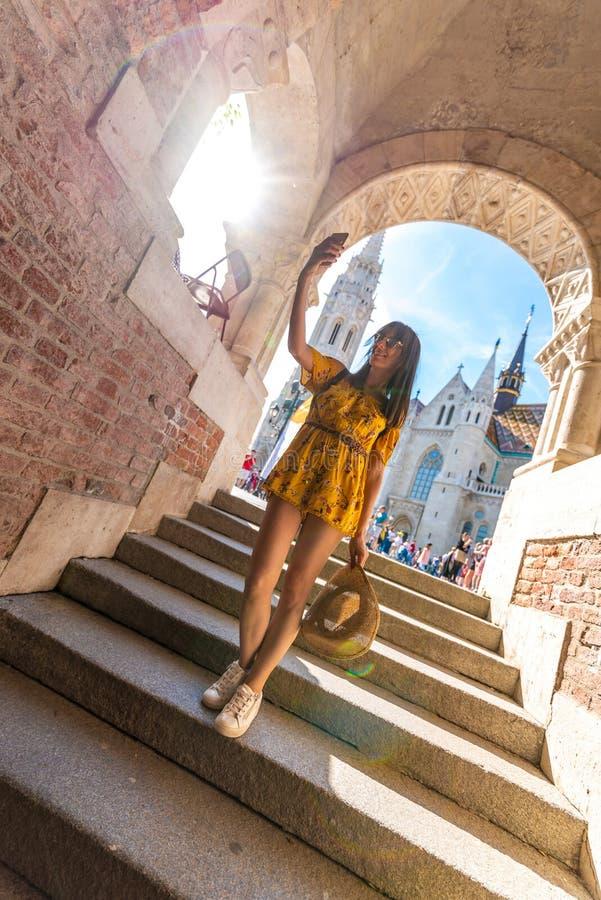 Μια νέα γυναίκα που παίρνει selfies στο κάστρο της Βουδαπέστης στοκ φωτογραφίες