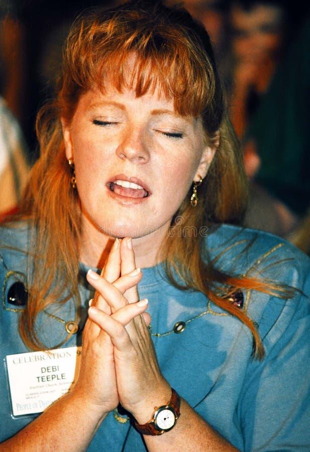 Μια νέα γυναίκα προσεύχεται κατά τη διάρκεια μιας λειτουργίας στοκ φωτογραφίες με δικαίωμα ελεύθερης χρήσης