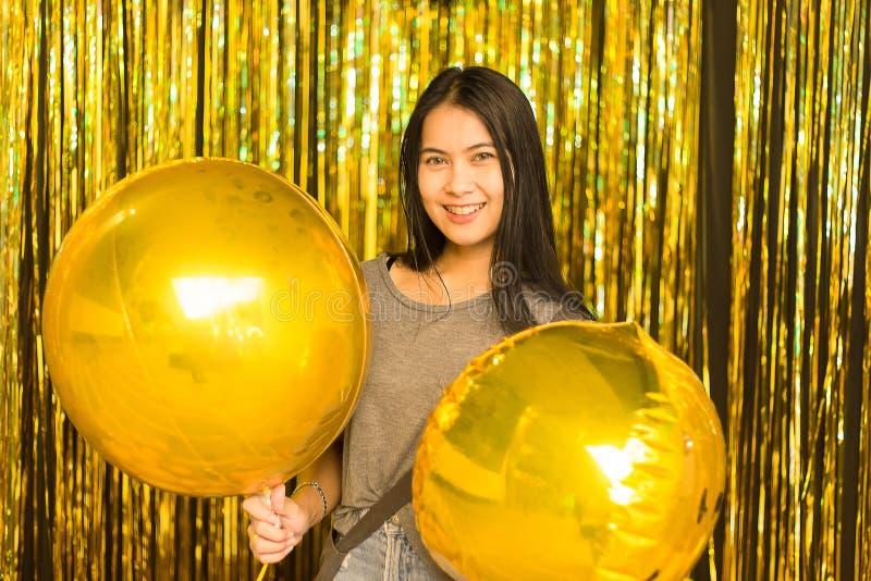 Μια νέα γυναίκα της Ασίας στο χρόνο διακοπών Χριστουγέννων εορτασμού στοκ εικόνες
