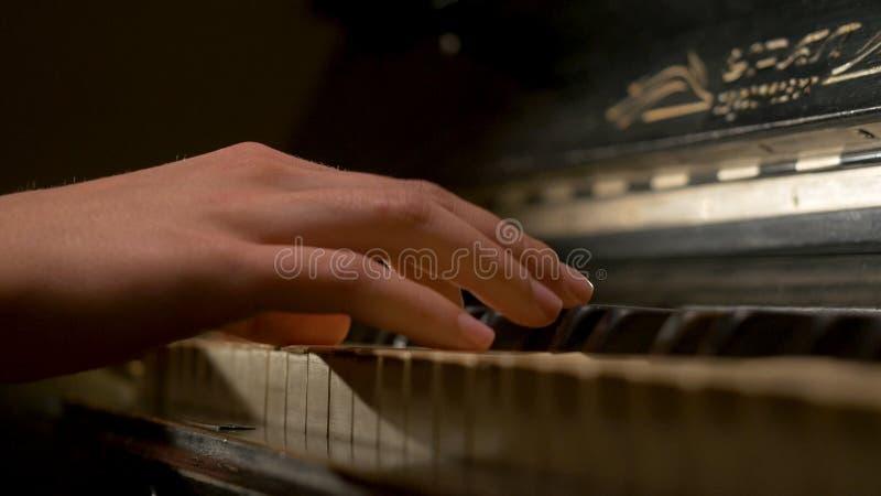 Μια νέα κινηματογράφηση σε πρώτο πλάνο πιάνων παιχνιδιού γυναικών Pianist χεριών πιάνων που παίζει τις μουσικές λεπτομέρειες οργά στοκ φωτογραφία