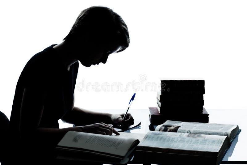 Μια νέα σκιαγραφία αγοριών ή κοριτσιών εφήβων που μελετά τα βιβλία ανάγνωσης στοκ φωτογραφίες με δικαίωμα ελεύθερης χρήσης