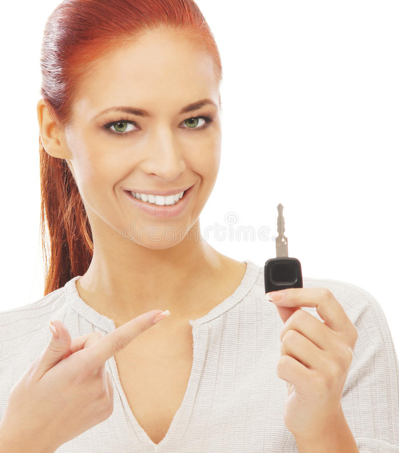 Μια νέα redhead καυκάσια γυναίκα που ένα πλήκτρο αυτοκινήτων στοκ εικόνα
