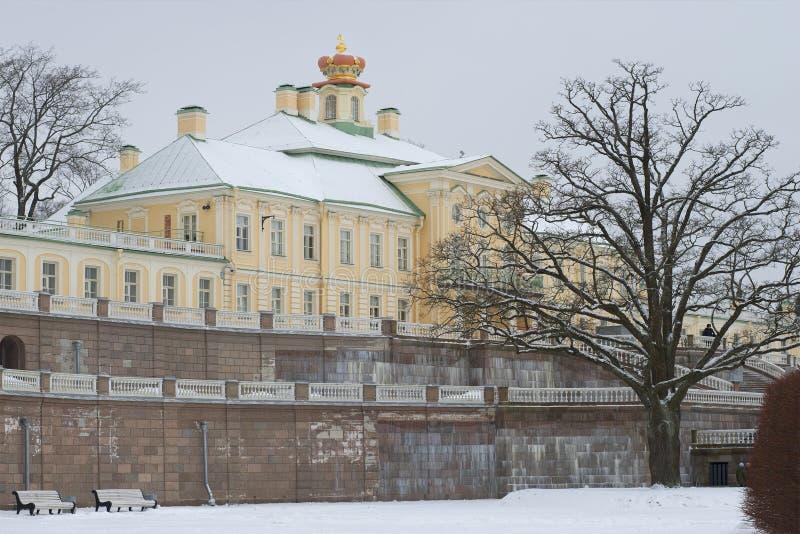 Μια νεφελώδης ημέρα Ιανουαρίου στο μεγάλο παλάτι Menshikovsky Oranienbaum στοκ φωτογραφία με δικαίωμα ελεύθερης χρήσης