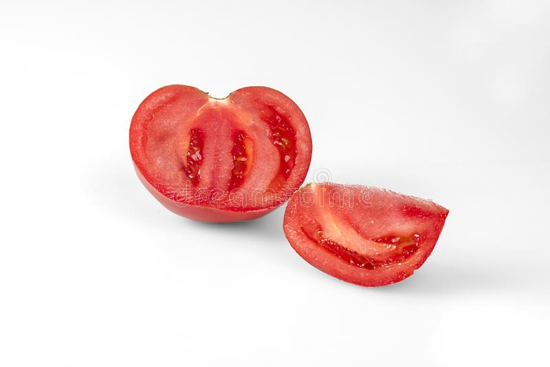 Μια ντομάτα περικοπών στο λευκό στοκ φωτογραφίες με δικαίωμα ελεύθερης χρήσης