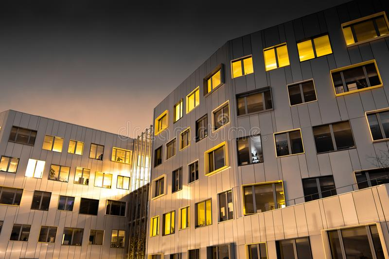 Μια νύχτα στο σύγχρονο κτήριο του Παρισιού στοκ φωτογραφία