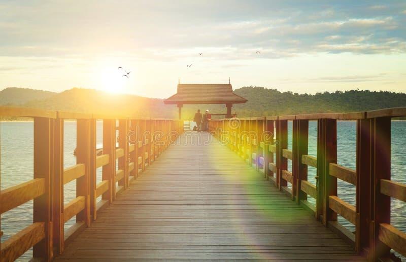 Μια ξύλινη αποβάθρα βαρκών στο όμορφο ηλιοβασίλεμα στοκ εικόνα με δικαίωμα ελεύθερης χρήσης