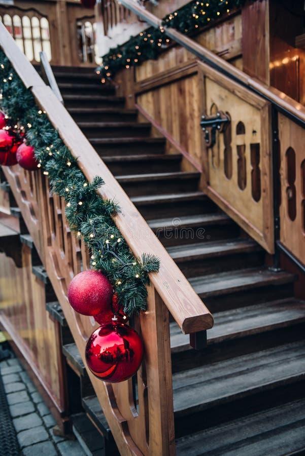 Μια ξύλινη σκάλα είναι διακοσμημένη για τα Χριστούγεννα που οδηγούν στο σπίτι Άγιου Βασίλη στοκ εικόνες