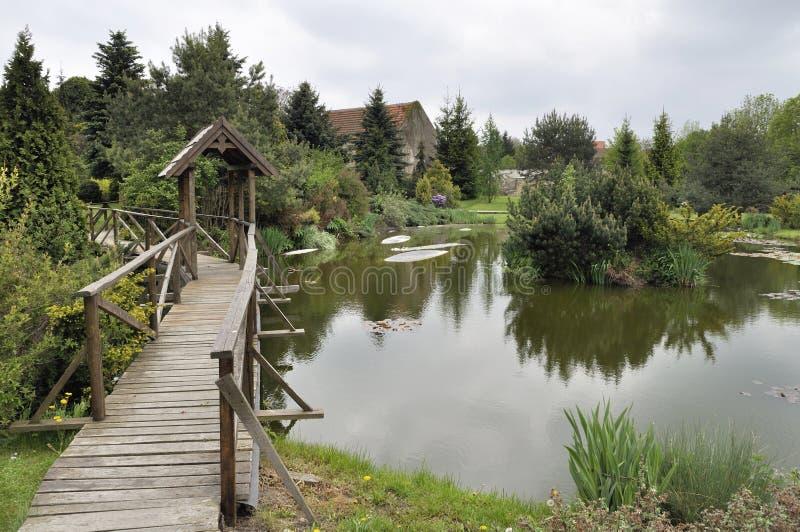 Μια ξύλινη γέφυρα για πεζούς στοκ εικόνες με δικαίωμα ελεύθερης χρήσης