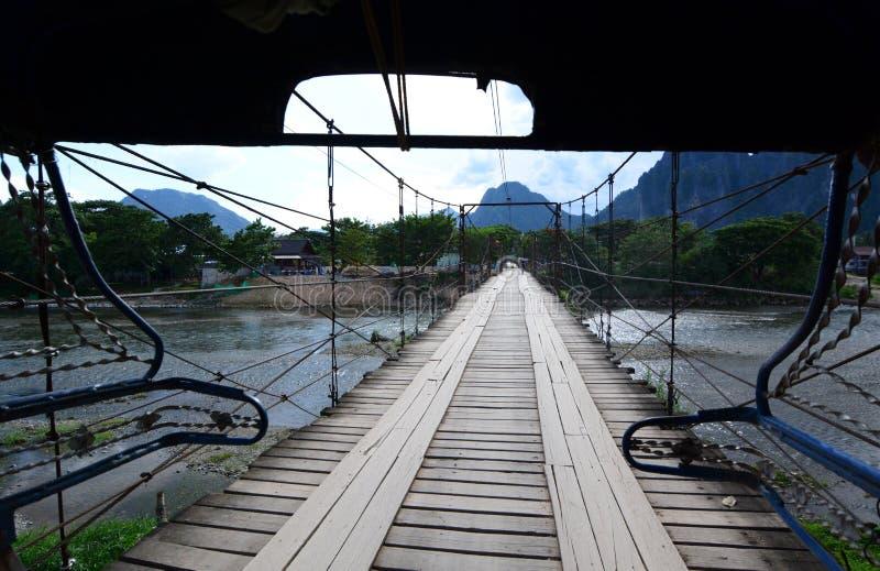 Μια ξύλινη γέφυρα στον ποταμό τραγουδιού Nam Vang Vieng Λάος στοκ εικόνες με δικαίωμα ελεύθερης χρήσης