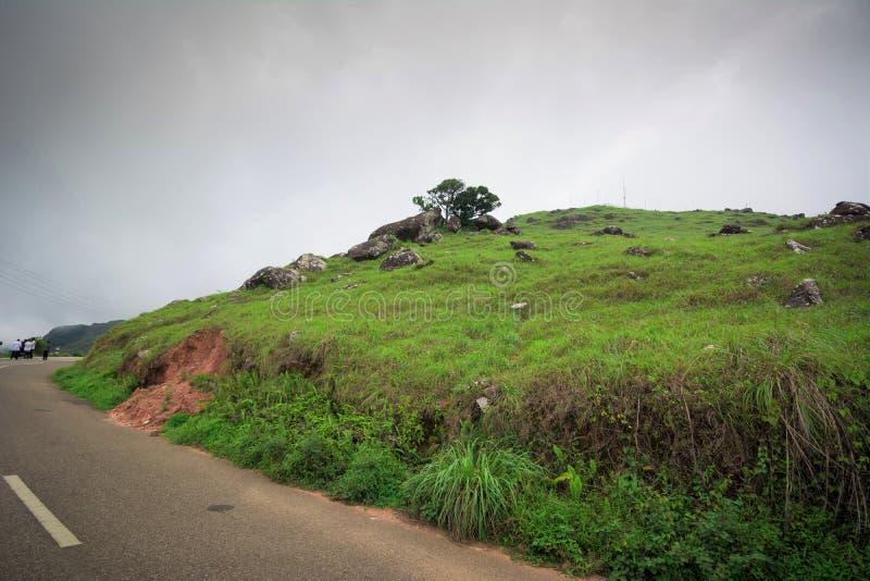 Μια οδική πλάγια όψη των λόφων Ponmudi λόφων Ponmudi στοκ εικόνες