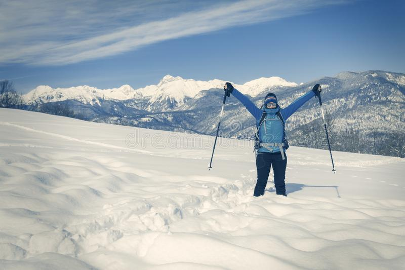 Μια οδοιπορία οδοιπόρων στο χειμερινό τοπίο στοκ φωτογραφία με δικαίωμα ελεύθερης χρήσης