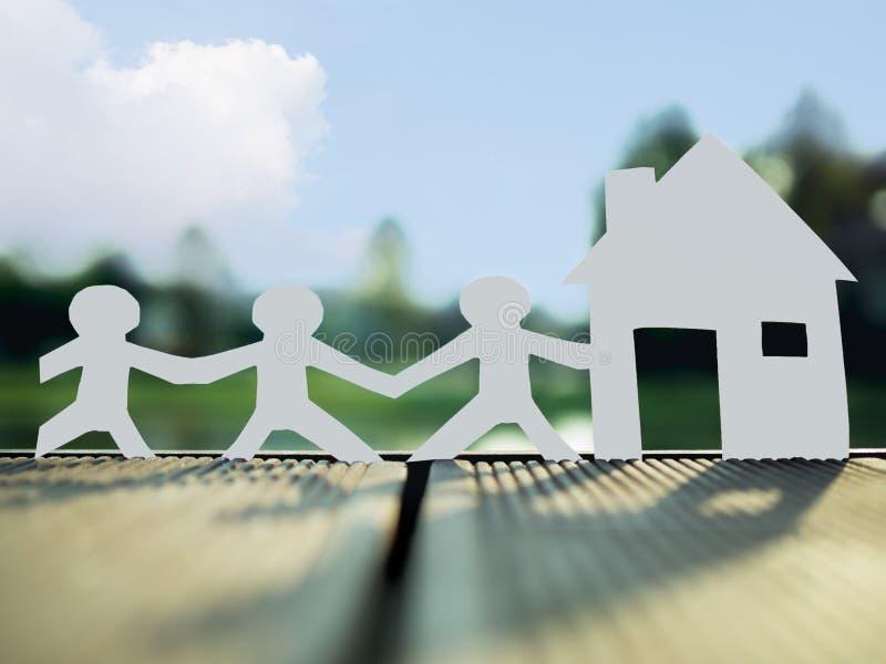 Μια οικογένεια και ένα σπίτι στο πάρκο, εκτός από τα χρήματα για τη μελλοντική έννοια ακίνητων περιουσιών στοκ εικόνες με δικαίωμα ελεύθερης χρήσης