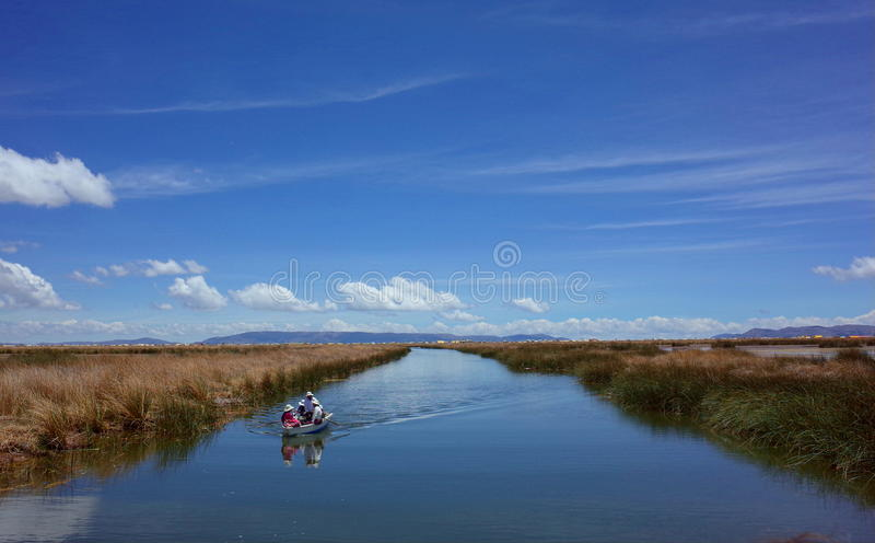 Μια οικογένεια που πλέει σε μια βάρκα από τα επιπλέοντα νησιά στοκ εικόνες με δικαίωμα ελεύθερης χρήσης