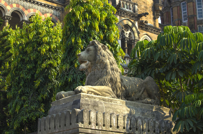 μια οικοδόμηση γλυπτών λιονταριών του σιδηροδρομικού σταθμού στο τέρμα Mumbai Βικτώρια στοκ εικόνα