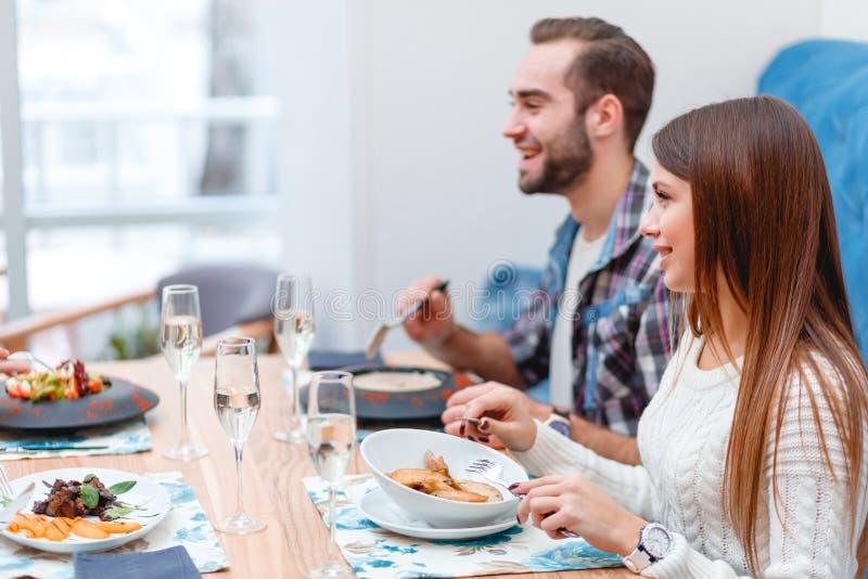 Μια ομάδα ανθρώπων σε έναν καφέ, μια κατανάλωση, μια κατανάλωση και μια ομιλία στοκ φωτογραφία με δικαίωμα ελεύθερης χρήσης