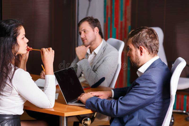 Μια ομάδα ανθρώπων σε μια συνέντευξη είναι βαριεστημένη indoors στοκ εικόνες