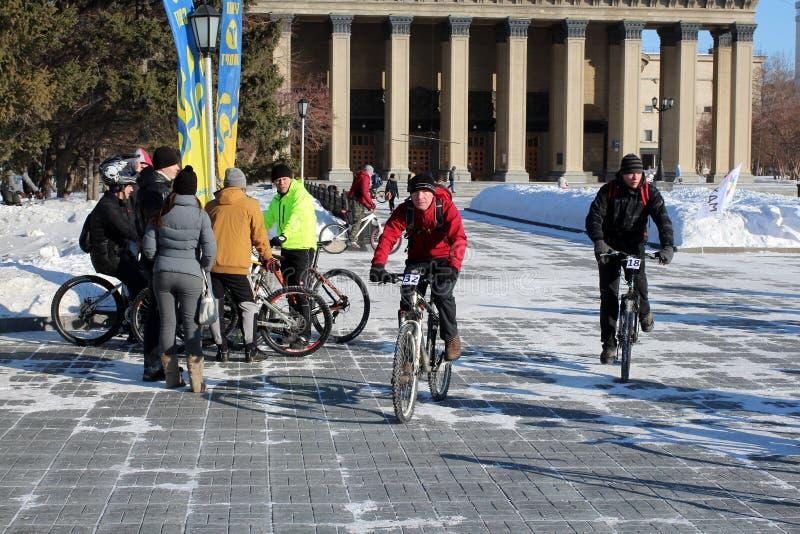 Μια ομάδα ανθρώπων στα ποδήλατα που οδηγούν στην πλατεία Λένιν στο Novosibirsk κοντά στη Όπερα στοκ εικόνες με δικαίωμα ελεύθερης χρήσης