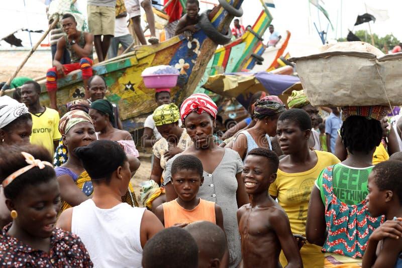 Μια ομάδα ανθρώπων στην παραλία σε Winneba, Γκάνα στοκ φωτογραφία