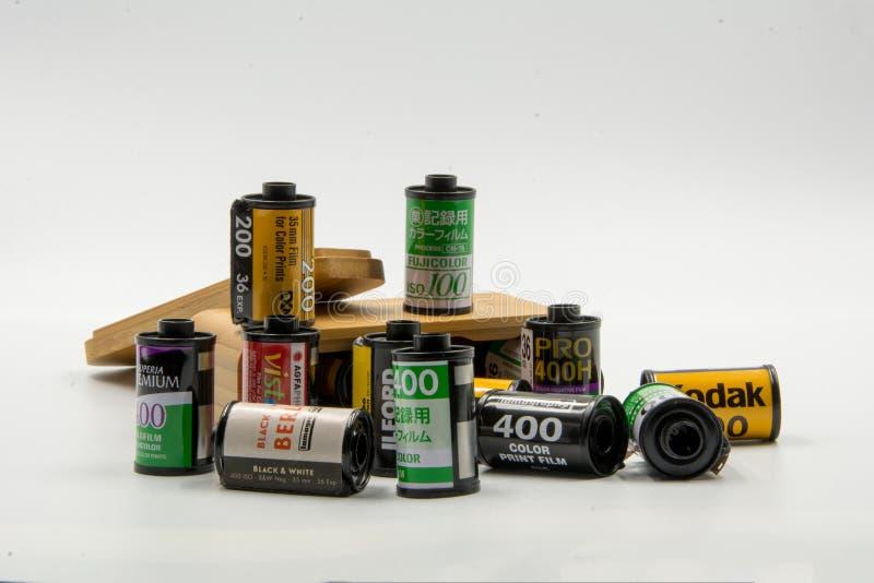 Μια ομάδα αρνητικών ταινιών 35mm: Fujifilm, Kodak, Agfa, Lomography, Ilford και η ξύλινη περίπτωση ταινιών στοκ εικόνες