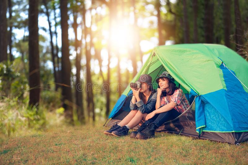 Μια ομάδα ασιατικού τουρίστα φίλων παίρνει τη φωτογραφία μαζί με την ευτυχία το καλοκαίρι ενώ έχοντας τη στρατοπέδευση στοκ φωτογραφία με δικαίωμα ελεύθερης χρήσης