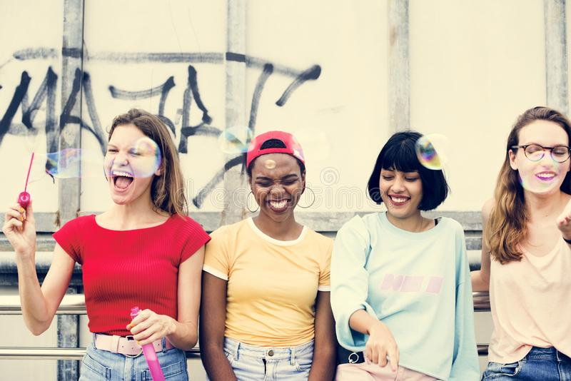 Μια ομάδα διαφορετικών φίλων γυναικών που έχουν τη διασκέδαση από κοινού στοκ φωτογραφία με δικαίωμα ελεύθερης χρήσης