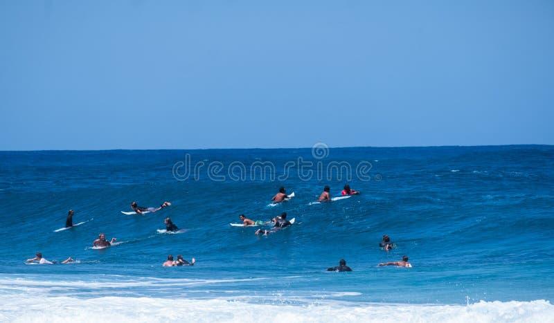 Μια ομάδα επιπλέοντος σώματος surfers από κοινού στοκ εικόνα