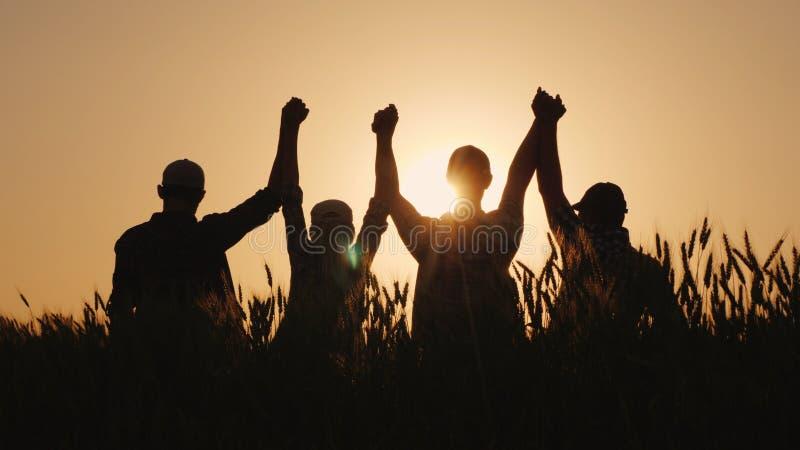 Μια ομάδα επιτυχών νέων κρατά τα χέρια, μαζί αυξάνουν το πλεονέκτημα τους Επιτυχή ομάδα και χτίσιμο ομάδας στοκ εικόνες