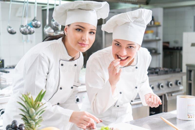 Μια ομάδα θηλυκών νέων αρχιμαγείρων που το γεύμα στο εστιατόριο πολυτέλειας στοκ εικόνες με δικαίωμα ελεύθερης χρήσης