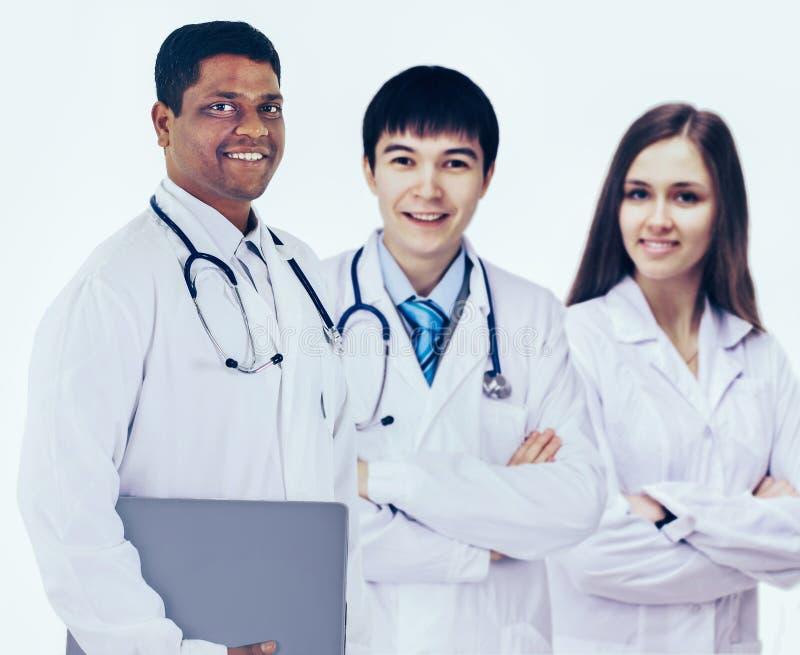 Μια ομάδα καλών γιατρών Απομονωμένη άσπρη ανασκόπηση στοκ εικόνα