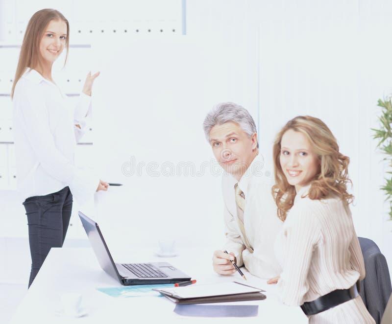 Μια ομάδα καλών επιχειρηματιών συζητά τα σχέδια εργασίας στοκ φωτογραφίες με δικαίωμα ελεύθερης χρήσης