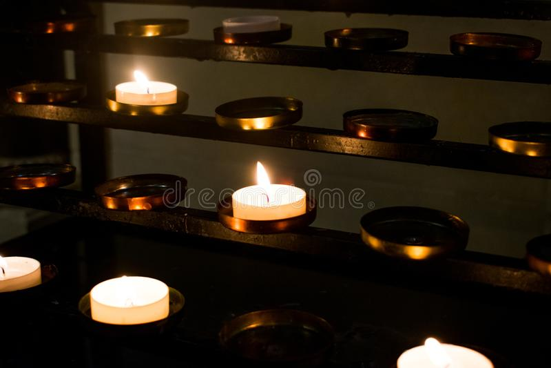 Μια ομάδα κεριών σε μια καθολική εκκλησία στοκ εικόνες με δικαίωμα ελεύθερης χρήσης