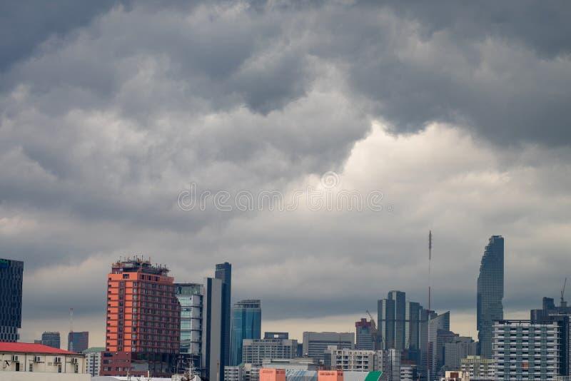 Μια ομάδα μαύρων σύννεφων διαμορφώνεται και μαζεύεται πέρα από την πόλη προτού να βρέξει στοκ εικόνα με δικαίωμα ελεύθερης χρήσης