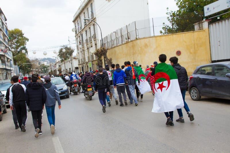 Μια ομάδα νέων με τη σημαία στοκ φωτογραφία με δικαίωμα ελεύθερης χρήσης