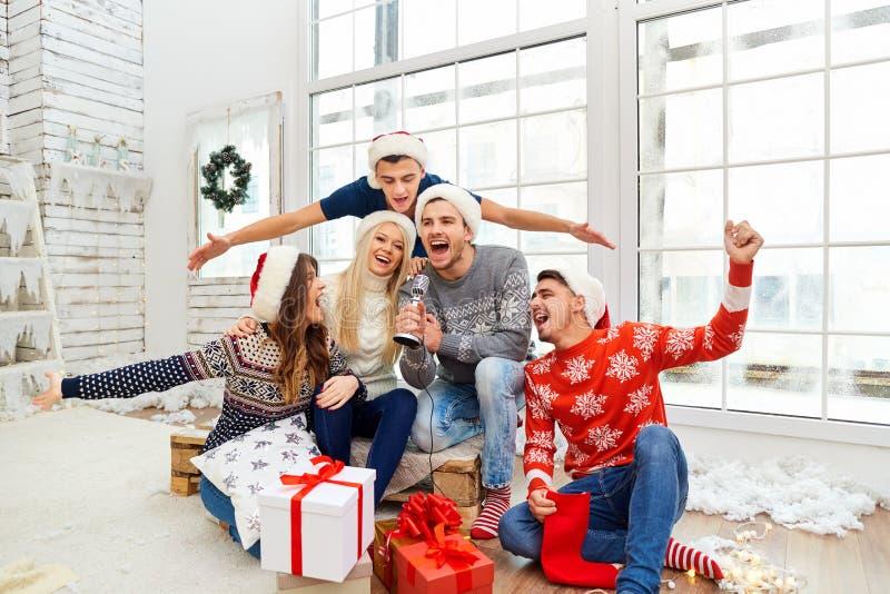 Μια ομάδα φίλων με τα δώρα σε μια γιορτή Χριστουγέννων στοκ φωτογραφίες