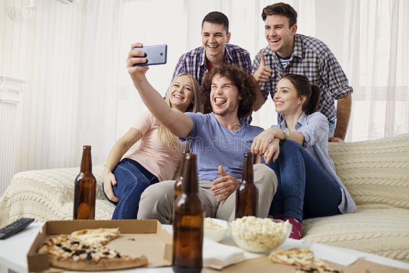 Μια ομάδα φίλων φωτογραφίζεται σε μια κάμερα στοκ φωτογραφίες