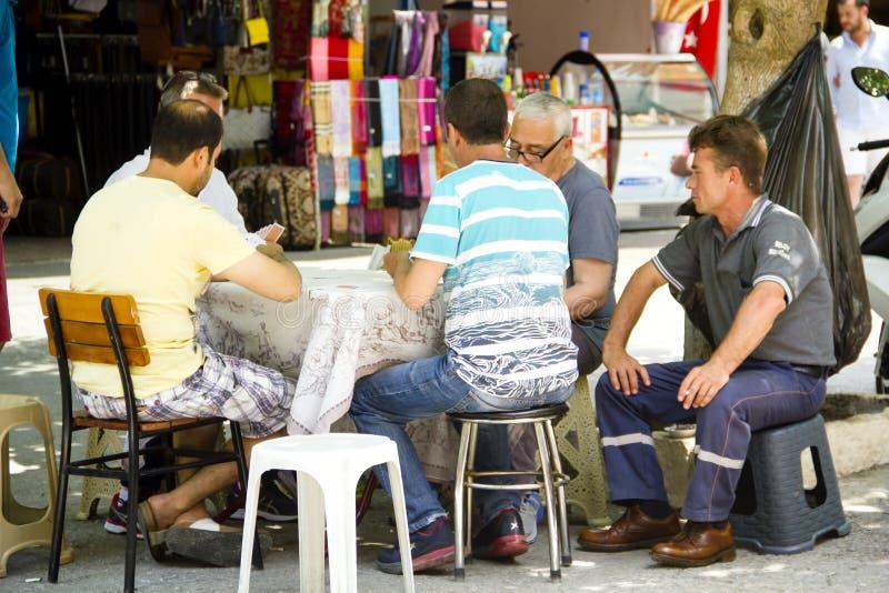 Μια ομάδα ατόμων παίζει το παιχνίδι καρτών στοκ φωτογραφίες