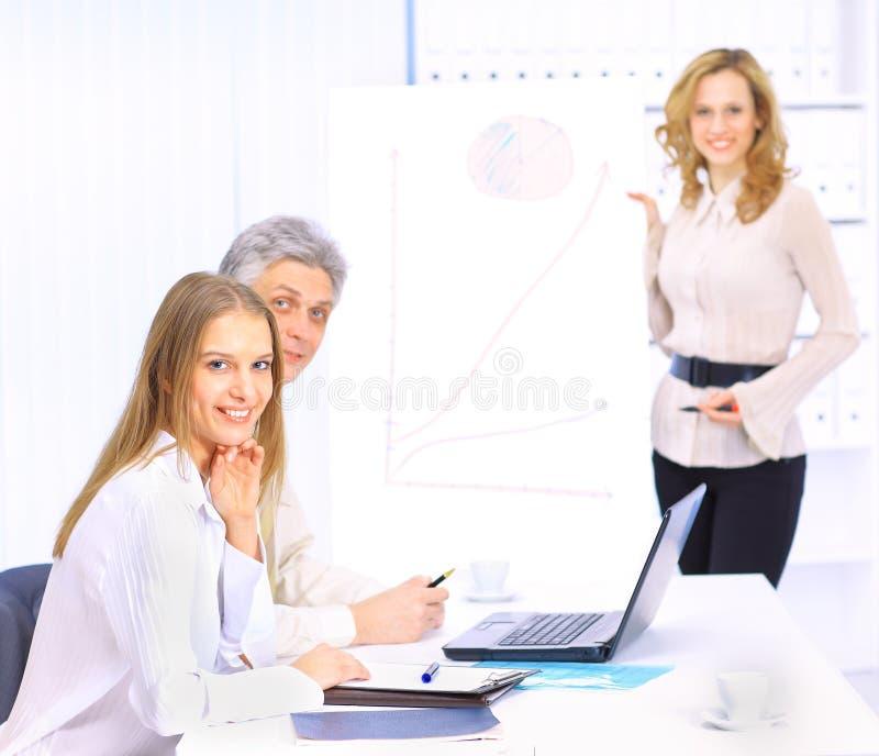 Μια ομάδα καλών επιχειρηματιών συζητά στοκ φωτογραφίες
