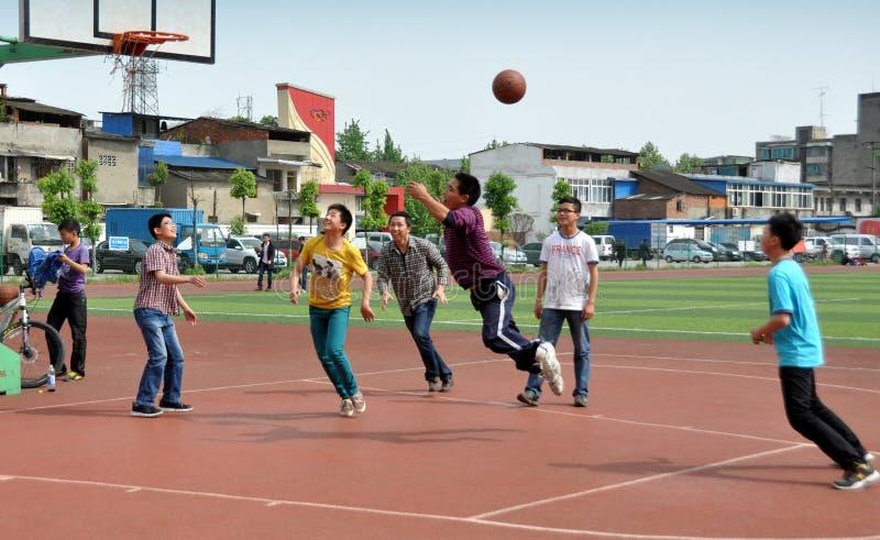 Pengzhou, Κίνα: Κινεζικές νεολαίες που παίζουν την καλαθοσφαίριση στοκ φωτογραφία με δικαίωμα ελεύθερης χρήσης