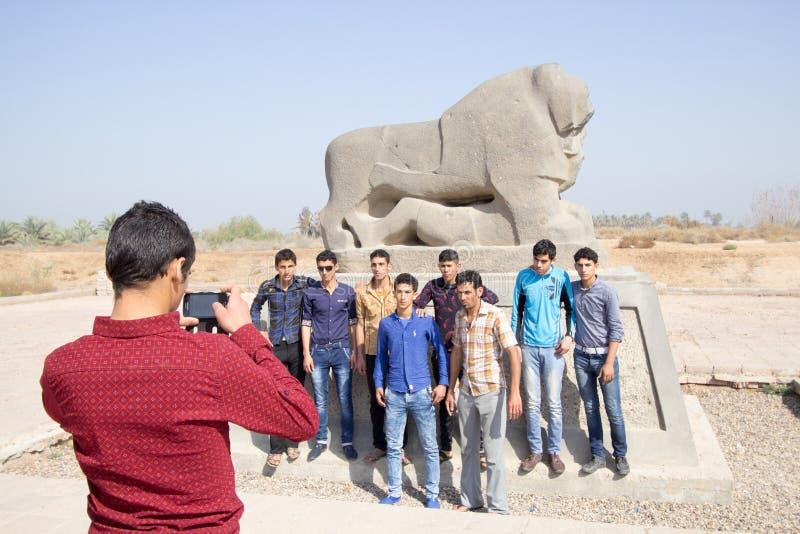 Μια ομάδα νέων που παίρνουν μια εικόνα με το λιοντάρι Babylo στοκ εικόνες