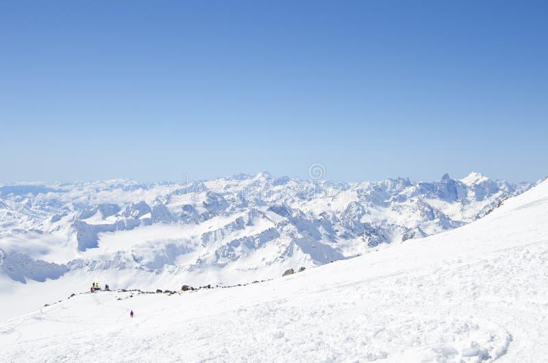 Μια ομάδα ορειβατών στα βουνά Elbrus στοκ εικόνα