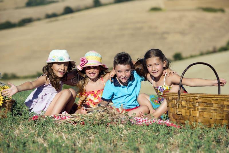 Μια ομάδα 4 παιδιών που έχουν μια ημέρα πικ-νίκ στοκ φωτογραφία με δικαίωμα ελεύθερης χρήσης