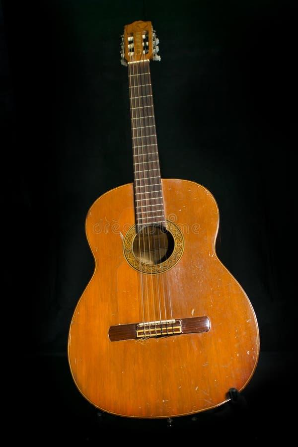 Μια παλαιά ακουστική κιθάρα στοκ εικόνα