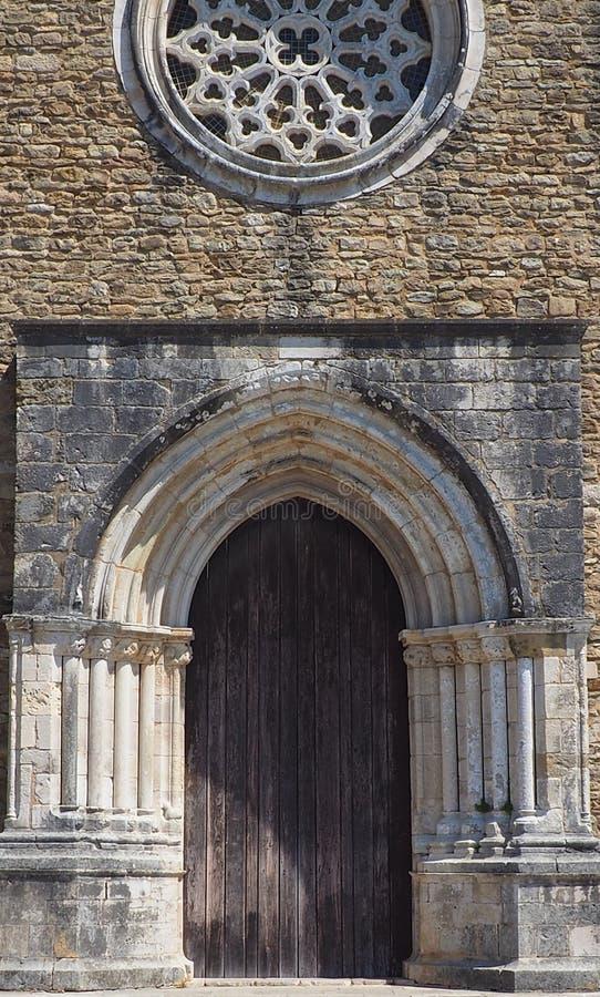 Μια παλαιά γοτθική πόρτα σε μια εκκλησία στην Πορτογαλία στοκ εικόνες