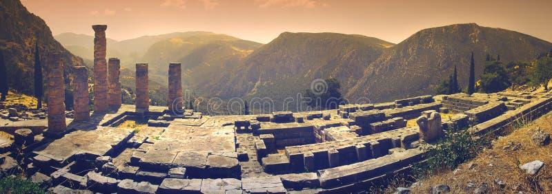 Μια πανοραμική άποψη του ναού απόλλωνα ` s στη διάσημη αρχαιολογική περιοχή των Δελφών στην Ελλάδα στοκ εικόνες