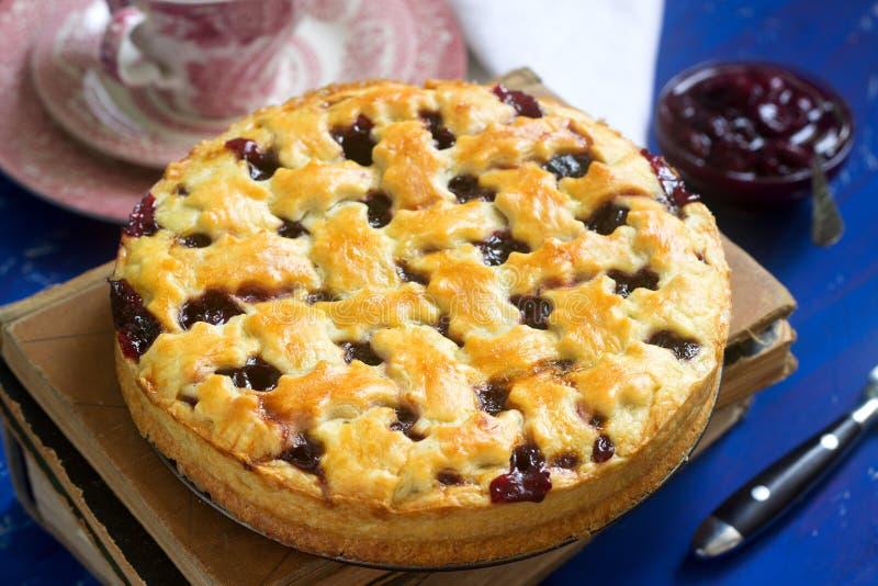Μια παραδοσιακή αμερικανική ή ευρωπαϊκή πίτα κερασιών φιαγμένη από shortcake Αγροτικό ύφος στοκ φωτογραφία με δικαίωμα ελεύθερης χρήσης