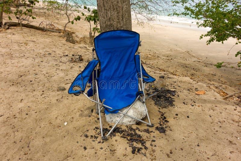 Μια παραμορφωμένη καρέκλα παραλιών στους τροπικούς κύκλους στοκ φωτογραφίες με δικαίωμα ελεύθερης χρήσης