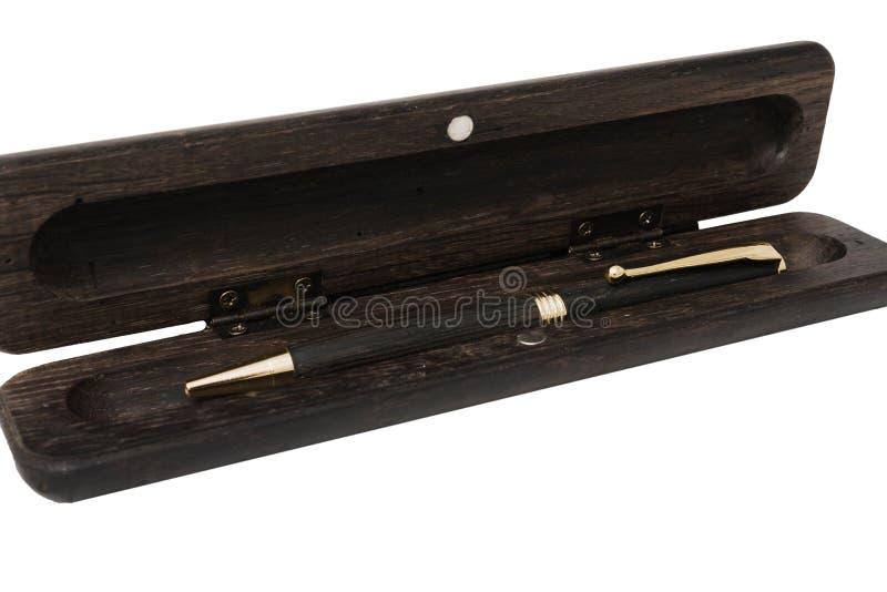 Μια περίπτωση μολυβιών για μια μάνδρα ballpoint έκανε από την παλαιά βαλανιδιά σε ένα άσπρο υπόβαθρο στοκ εικόνες με δικαίωμα ελεύθερης χρήσης