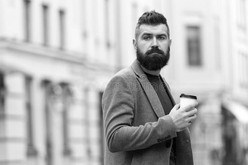 Μια περισσότερη γουλιά του καφέ Τρόπος ζωής πόλεων Καλλωπισμένος επιχειρηματιών καλά η εμφάνιση απολαμβάνει τον καφέ ξεσπά του εμ στοκ φωτογραφίες
